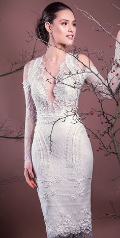 Bodycon design elevated to haute couture all in this model, lace embroidered with Swarovski stones. Chantilly lace neckline scored, retrieved and cropped sleeves, personalized cocktail dress and ensure every woman an exceptional occurrence in the most important day.