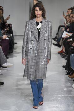 Vendredi 10 février 2016, la Fashion Week de New York s'ouvrait avec le premier défilé de Raf Simons pour Calvin Klein, qui avait été nommé directeur artistique de la marque en août 2016. Une collection mêlant l'homme et la femme qui célébrée l'Amérique et son hétéroclisme dans un décor signé Sterling Ruby.