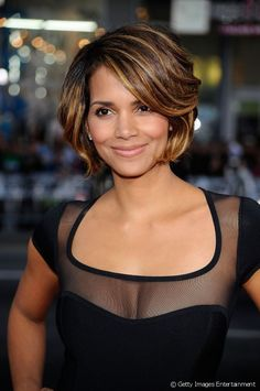 Here is 7 graceful hairstyles of Halle Berry you can try now! So keep on reading this cool article containing graceful Halle Berry hairstyles. Halle Berry Hairstyles, Bob Hairstyles, Celebrity Hairstyles, Bob Haircuts, Medium Hair Styles, Curly Hair Styles, Short Styles, Hair Color For Morena, Hair Color Formulas