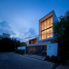 NY House von IDIN Architects in Bangkok, Thailand - Dekoration De Arch House, Facade House, Style At Home, Apartment Renovation, 3 Bedroom House, Residential Architecture, Simple House, Home Deco, Luxury Homes