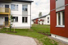 BoKlok homes in Vantaa, Finland Photo: Skanska Kodit www. Finland, Ikea, Garage Doors, Homes, Outdoor Decor, Home Decor, Houses, Decoration Home, Ikea Co