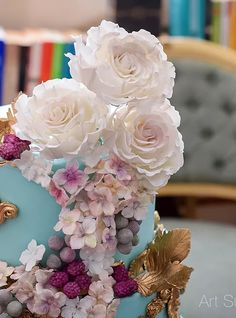 Sugar roses, brunia berries and hydrangeas | Luxury cakes | Art Sucré by Mounia | Cakes