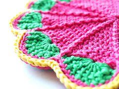 Crochet potholder by missteee. Free pattern here http://web.archive.org/web/20011228070554/members.aol.com/lffunt/scallph.htm