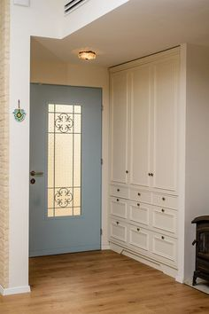 Blue front door with storage in entry Style At Home, Home Living Room, Living Room Decor, Foyer Storage, Basement Family Rooms, Greek Decor, House Entrance, Entrance Hall, Scandinavian Interior Design