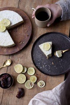 Superfris en zoetzuur. Deze raw limoen cheesecake uit het kookboek van SLA is heerlijk in de zomer! Hij zit ook nog bomvol vitamine C en goede vetten.