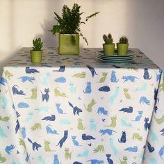 Nappe en coton enduit Chats Bleue @fleurdesoleil - Légèreté et bonne humeur s'invitent à votre table avec cette nappe enduite fantaisie. Nappe ronde ourlée, carrée ou rectangulaire. #artdelatable