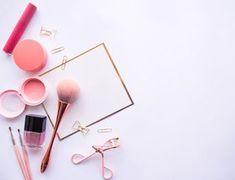 Flat lay of cosmetic accessories. Makeup Backgrounds, Makeup Wallpapers, Flower Backgrounds, Beauty Box, Beauty Makeup, Rosy Makeup, Makeup Tips, Fond Design, Diy Design