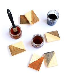 7 ways to make wood stain from natural household materials! These quick and easy wood stains are super effective, long lasting, low cost, and non-toxic! Diy Wood Stain, Whitewash Wood, Diy Ottoman, Pine Cone Crafts, Wood Crates, Wood Boxes, Christmas Table Decorations, Mason Jar Diy, Wood Projects