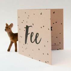Dit geboortekaartje wordt op een oudrozig karton gedrukt.  Het karton ziet er heel natuurlijk uit.  Je ziet zelfs de vezels van het papier.  Er wordt met zwarte inkt op gedrukt.  Het ziet er heel clean en natuurlijk uit.  #geboortekaartje #drukkenOpKarton #karton