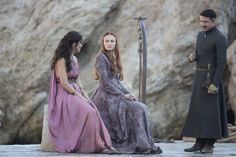 'Game Of Thrones' Season Episode 1 Sibel Kekilli as Shae, Sophie Turner as Sansa Stark, Aidan Gillen as Petyr Baelish Costumes Game Of Thrones, Game Of Thrones Cosplay, Game Of Thrones Facts, Game Of Thrones Tv, Game Costumes, Costume Ideas, Theatre Costumes, Cosplay Ideas, Sansa Stark