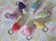 pattern in fins/norsk/? by tusindfryd ✿⊱╮Teresa Restegui… Crochet Gifts, Crochet Yarn, Crochet Flowers, Crochet Toys, Thread Crochet, Crochet Motif, Free Crochet, Crochet Patterns, Crochet Keychain