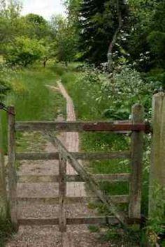 une barrière au bout un chemin