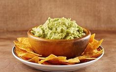 Snacking on guacamole may improve your heart health and reduce your risk of developing cancer. The combination of fats, fiber and antioxidants found in guacamole may lower your cholesterol and reduce your risk of heart… Authentic Guacamole Recipe, Best Guacamole Recipe, Avocado Recipes, Ricotta, Guacamole Sauce, Mexican Nachos, Mexican Salsa, Wahaca, Avocado Juice