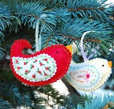 Try making these Birdies for Your Christmas Tree ornaments and add another piece to your collection of holiday decor this year. These Christmas birds can be made from any fabric pattern you prefer. Burlap Christmas Decorations, Burlap Ornaments, Vintage Christmas Crafts, Cute Christmas Tree, Merry Little Christmas, Retro Christmas, Christmas Crafts For Kids, Felt Ornaments, Christmas Tree Ornaments