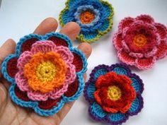 Flor Triple Capa       Este es mi diseño para una flor decorativa trabajó en tres capas.He utilizado un hilo merino peso DK y un gancho de...
