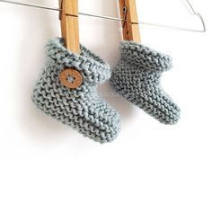 Knitted Baby Booties – Easy Pattern & Tutorial Knitted Baby Booties -Two needle EASY Knitting Pattern & tutorial Baby Cardigan Knitting Pattern Free, Baby Booties Free Pattern, Knit Baby Booties, Baby Hats Knitting, Easy Knitting Patterns, Baby Patterns, Knitted Baby, Crochet Boots, Doll Patterns