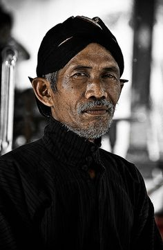 Javanese - Indonesia People of Yogyakarta By amontei We Are The World, People Around The World, Around The Worlds, Eric Lafforgue, Steve Mccurry, Portraits, Yogyakarta, Headgear, Belle Photo