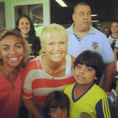 Xuxa acompanha jogo de vôlei de Sasha no Paraná e faz a festa com fãs