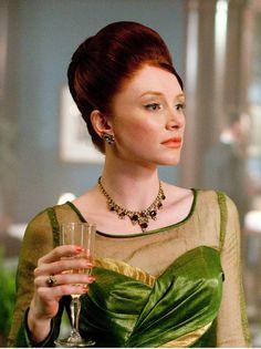 Así es como quedó el original.Hilly (Bryce Dallas Howard): Conservadora e impecable, Hilly siempre se ciñe a las normas (y no necesariamente a las buenas). Le gusta ir a la moda, es decir, vestir 'a la última'. Es la dama perfecta con vestidos de flores de los 60, enaguas de tul y colores llamativos: rosa, violeta, amarillo y verde esmeralda. Hilly se empapa el Vogue y obliga a su pobre sirvienta a copiar el look de la 'it girl'. Aquí la dificultad de diseñar vestidos también feos.