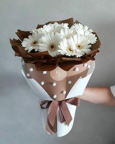 Flower Bouquet Diy, Beautiful Bouquet Of Flowers, Hand Bouquet, Beautiful Flower Arrangements, How To Wrap Flowers, Faux Flowers, Paper Flowers, Diy Crafts For Gifts, Arte Floral