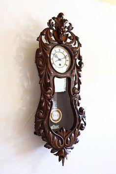 英国立時計技師(BHI認定)がいる西洋アンティークショップ。ご購入いただいた商品の修理メンテナンスまで万全のアフタサービスです。オーナーのハートを射抜いた美術品も多数置いております。海外オークション代行のことならお任せ下さい。 Pendulum Clock, Antique Clocks, Burlesque, Antique Furniture, Watches, Mirror, Antiques, Wall, Wall Clocks
