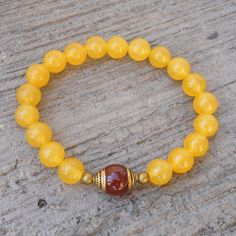 The rich and lively yellow color in this high quality genuine gemstone bracelet is enough to put anyone in a good mood. Great on its own, yet when combined with other bracelets, it will liven up any c