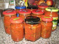 """""""Houbová směs na topinky a tousty"""" - FAMÓZNÍ!!! SUROVINY1 kg krájených hub, 6 červených paprik (já dala jen 3 a stačilo to), 4 cibule, 1 malý ostrý kečup, 1 rajčatový protlakPOSTUP PŘÍPRAVYHouby uvaříme ve slané voděasi 20 minut. Cibuli a papriky nakrájíme na drobno a společně podusíme (vždy to nasekám), přidáme houby a vše smícháme, přidáme kečup a protlak (polovinu hub jsem nasekala a polovinu nechala jak byla). Dochutíme solí, pepřem, feferonkami a česnekem. Pro děti samozřejmě ... Salty Foods, Yams, Pesto, Kimchi, Pickles, Food And Drink, Homemade, Canning, Drinks"""