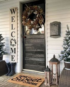 Check out this #farmhouse porch decor idea with a #rustic painted welcome sign. Love it! #HomeDecorIdeas @istandarddesign