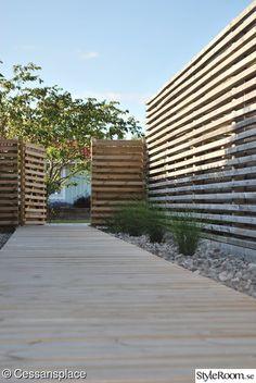 Vi byggde vårat hus 2004 och började från ruta ett på gammal åkermark i växtzon 1 med att anlägga vår trädgård. I trädgården finns nu en stor altan på 124 kvm med lounge under tak samt en pergola som trädgårdens hjärta.