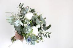 Bouquet de mariée eucalyptus, pivoines et chardons bleus // Bridal bouquet www.lapetiteboutiquedefleurs.fr