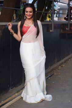 Surbhi Jyoti in beautiful white saree Designer Saree Blouses, Silk Saree Blouse Designs, White Saree Blouse, Saree Wearing Styles, Saree Styles, Indian Beauty Saree, Indian Sarees, Sarees For Girls, Sari Dress
