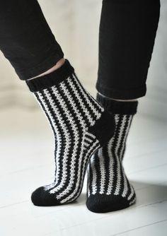 Graafiset sukat Wool Socks, Knitting Socks, Knitting Patterns, Sewing Patterns, Comfortable Outfits, Leg Warmers, Diy Clothes, Mittens, Knitwear