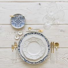 Mixed metal gold and white table setting with blue china 4 Unique Flatware Trends to dress up your dinner table Dinner Sets, Dinner Table, Dinner Parties, Garden Parties, White Table Settings, Setting Table, Esstisch Design, Blue China, China China