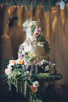 gâteau de mariage spectaculaire effet écorce, décoré de fleurs et feuilles
