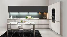 Kuchyně PRIME vyniká výraznou nerez úchytkou v hraně. Tmavý zemitý odstín antracitové barvy je zde příjemně propojen se světlým laminem borovice piemont.