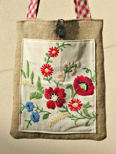bag OOAK made with upcycled materials (old jute bag, embroidery from the big old vintage button mother of perl Diy Fashion Hacks, How To Make Purses, Lavender Bags, Boho Bags, Jute Bags, Patchwork Bags, Tote Pattern, Fabric Bags, Vintage Embroidery