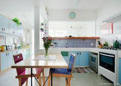 A decoração desse apartamento mistura estampas florais, plantas e muitas cores alegres. Isso tudo de um jeito leve e descontraído. Vem conhecer!
