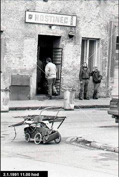 Merkur. Krčma na Jakubovom námestí bola svedkom častých potýčok medzi partiou z jakubáku a zvyškom sveta. Krčma IV. cenovej skupiny, kde človek dostal skôr po hube ako pivo. Bolo tu dosť špinavo, preto dostala ľudový názov Špinavec. Bratislava, Socialism, Retro, Photography, Travel, Photograph, Viajes, Fotografie, Photoshoot