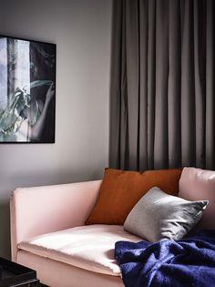 Pe lângă paleta elegantă de culori din amenajarea acestei garsoniere de26 m² din Suedia, ne plac foarte mult dormitorul, modul în ca...
