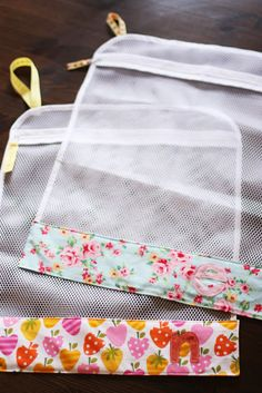 DIY Laundry Sock Organizer Tutorial : made from zippered mesh lingerie bag + patterned fabric. each person has their own bag for socks and undies before tossing into washer and dryer. Makes it easy to sort and NO MORE LOST SOCKS! Sewing Hacks, Sewing Tutorials, Sewing Patterns, Fabric Crafts, Sewing Crafts, Sewing Projects, Diy Sac Pochette, Sock Organization, Organizing