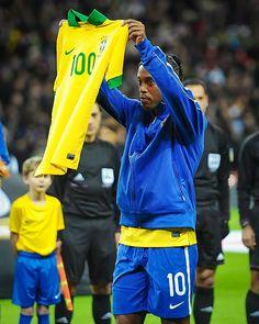 Hoje faz 4 anos que eu completei 100 jogos pela Seleção Brasileira. Foram muitos jogos, conquistas e alegrias. Um grande orgulho para mim.