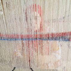 Avant d'être noué puis teint, lavé et séché, ce tapis Béni Ourain est en phase…