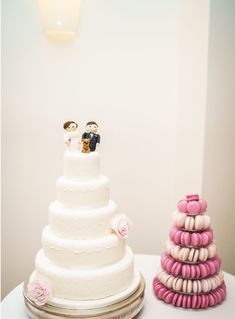 Models of bride and groom with dog on wedding cake