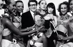 Como Yves Saint Laurent fue el primero que hizo desfilar modelos negras en sus colecciones de Alta Costura.