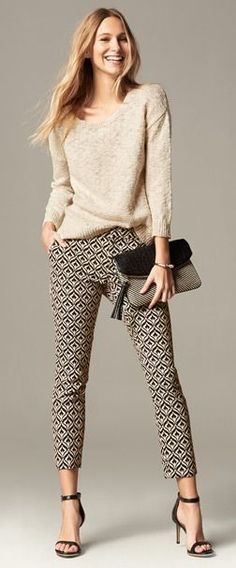 Office look | Neutral sweater with patterned pants and sandals