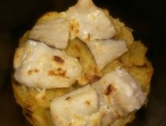LOMOS DE MERLUZA AL AJO-ACEITE FUSSIONCOOK: Cortar unas cebollas en juliana y patatas no muy gruesas. Un chorrito de aceite y a la cubeta, moviendo de tanto en tanto. Cuando esten a medio hacer, poner sobre ellas los lomos de merluza y encima 1 cdita de ajoaceite, esparciendolo bien. Menu horno 15 mn y tapa horno 15 mn a 200º.