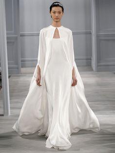 Lange zijden cape @ Monique Lhuillier Bridal  ELLE