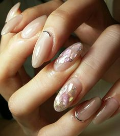 nude nails w/ accent nails (sheel pieces, gold curved line along cuticle) Simple Gel Nails, Great Nails, Beautiful Nail Art, Gorgeous Nails, Colorful Nail Designs, Nail Art Designs, Diy Nails, Nail Manicure, Nude Nails