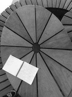 Geometria - por Gabriel Tambelli, 8C - Essa imagem representa muito bem a geografia na fotografia porque nela nós podemos ver várias formas geométricas como triângulos, circunferências, quadrados (no caso do caderno) e também uma forma oval grande no centro da imagem, e nela se concentram as outras formas.