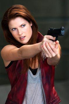 Ali Larter como Claire Redfield es una opción más que acertada...no veo otra belleza así con ese papel...la pega como anillo al dedo...con lo bellísima que es Ali Larter, pelirroja de ojos azules, piel pálida....pues eso, Claire Redfield en carne y hueso.